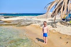 Мальчик малыша на пляже стоковое изображение