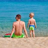 Мальчик малыша на пляже с отцом стоковые фотографии rf