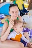 Мальчик малыша на тропическом пляже с матерью стоковая фотография rf