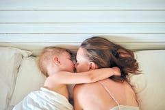 Мальчик малыша спать на подушке с матерью стоковые фотографии rf