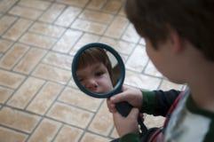 мальчик меньшее зеркало Стоковое фото RF