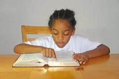 мальчик меньшее чтение Стоковая Фотография