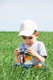 мальчик меньшие изучения фотоснимка к Стоковое фото RF