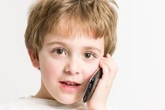 мальчик меньший говорить телефона Стоковое фото RF