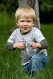 мальчик меньший играть снаружи стоковые изображения
