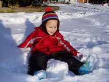 мальчик меньший играя снежок Стоковая Фотография RF