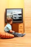 мальчик меньший наблюдать tv Стоковые Изображения RF