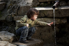мальчик меньшяя близкая сидя весна Стоковая Фотография RF