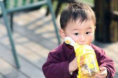 мальчик меньшяя жажда стоковое изображение rf