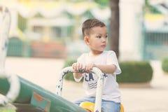мальчик меньшяя спортивная площадка стоковая фотография rf