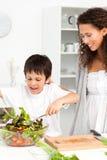 мальчик милый его смешивая салат мати стоковые фотографии rf