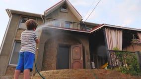 Мальчик моя дом на открытом воздухе Деятельность при лета шланга воды на открытом воздухе для детей принципиальная схема детства  акции видеоматериалы