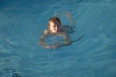 мальчик наслаждается заплыванием бассеина стоковое изображение