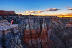 Мальчик наслаждается заходом солнца на каньоне угольной шахты в Аризоне стоковая фотография rf