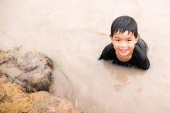 Мальчик наслаждается к играть слайдер глины на ферме сельской местности стоковое изображение rf