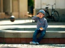 Мальчик наслаждается мороженым Стоковое Изображение