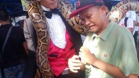 Мальчик на большой змейке стоковое фото rf