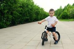 Мальчик на велосипеде Уловленный в движении, на подъездной дороге Presch стоковые фото