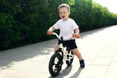 Мальчик на велосипеде Уловленный в движении, на подъездной дороге Presch стоковая фотография rf