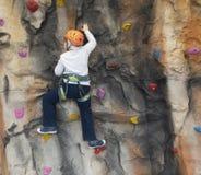 Мальчик на взбираясь стене крытой стоковые изображения rf