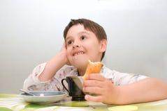 Мальчик на еде таблицы Стоковые Фото