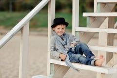 Мальчик на лестницах Стоковые Фотографии RF