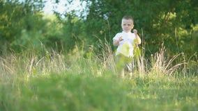 Мальчик на лужайке акции видеоматериалы