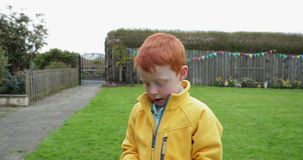 Мальчик на охоте пасхального яйца сток-видео