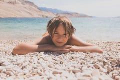 Мальчик на пляже стоковое фото rf
