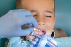 Мальчик на приеме дантиста в зубоврачебной клинике Зубоврачевание детей, педиатрическое зубоврачевание Женское stomatologist стоковое фото rf