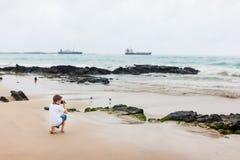 Мальчик на скалистом побережье Стоковые Изображения RF