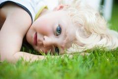 Мальчик на траве Стоковое Изображение RF