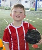 Мальчик на футбольной команде молодости стоковое изображение
