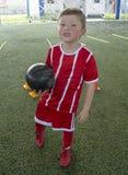 Мальчик на футбольной команде молодости стоковые фотографии rf