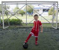Мальчик на футбольной команде молодости стоковое фото rf