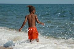 Мальчик на beache стоковые фотографии rf
