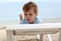 Мальчик на sunbed пляже Стоковая Фотография RF