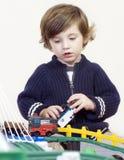 мальчик немногая играя поезд комплекта Стоковая Фотография