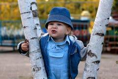 мальчик немного outdoors играя Стоковая Фотография