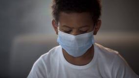 Мальчик нося защитную медицинскую маску, предохранение болезни, ebola epidemy стоковая фотография
