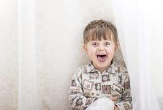 Мальчик около белые занавесы взволнованности Стоковые Фото
