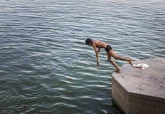 Мальчик около, который нужно нырнуть в реку Стоковое Изображение RF