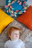 Мальчик отдыхает на подушках Стоковая Фотография RF