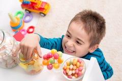 Мальчик открывал конфету Стоковое Изображение RF