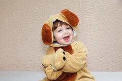 мальчик очаровывая жизнерадостно смеется над немногой стоковое изображение rf