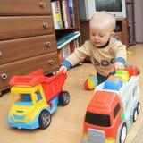мальчик перевозит 2 на грузовиках стоковое фото rf