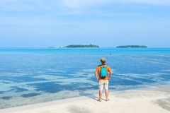 Мальчик перед пляжем в Мальдивах Стоковые Изображения
