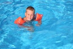 мальчик плавает бассеин Стоковые Изображения