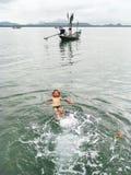 Мальчик плавает в море стоковое фото