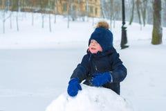 Мальчик плачет в зиме в холоде ребенок грустен стоковые фото